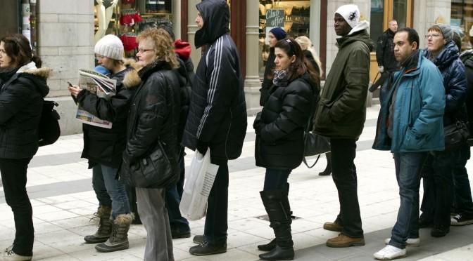 Bild på människor i kö som väntar på hyresrätt i Göteborg.